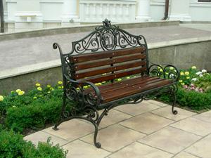 Почему кованые скамейки и лавочки, что на фото, так популярны?