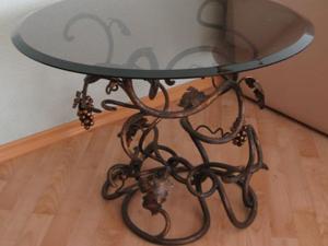Требуют ли кованые столы, что на фото, особенного ухода?