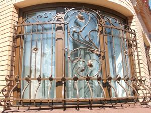 Для каких домов подходят кованые решетки на окна, фото решеток на фасадах